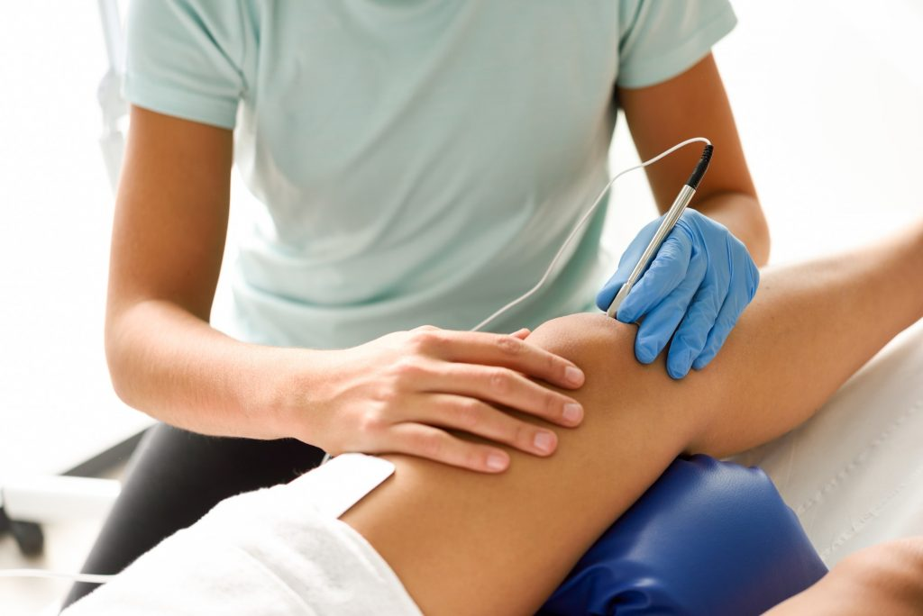 Electroacupuncture dry with needle on female knee