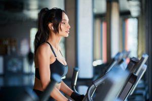 Fitnesswoman doing cardio in gym